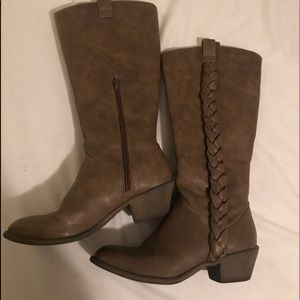 Shoes - Cowgirl boots in brown with braids